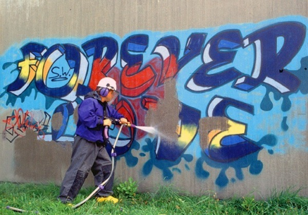 Рис. 19 Пескоструйный способ с применением ореховой скорлупы позволяет эффективно удалять граффити со стен фасадов зданий без образования сколов и царапин